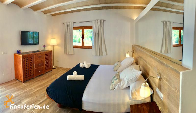 exklusive finca auf ibiza mit internet und pool cala vadella fincaferien finca. Black Bedroom Furniture Sets. Home Design Ideas