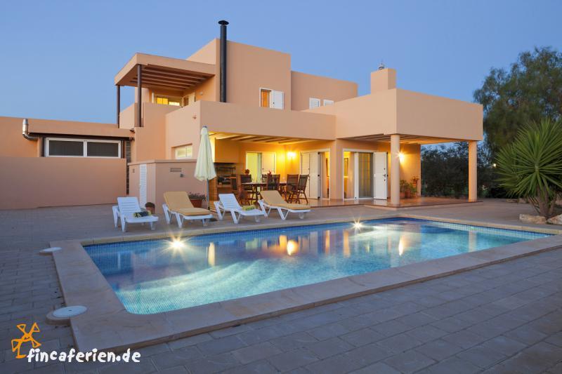 ibiza feriehaus mit pool f r 8 personen bei sant jordi. Black Bedroom Furniture Sets. Home Design Ideas