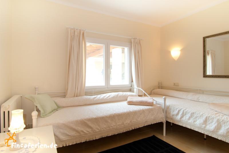 exklusive finca mit pool und klimaanlage nahe cala mondrago fincaferien. Black Bedroom Furniture Sets. Home Design Ideas