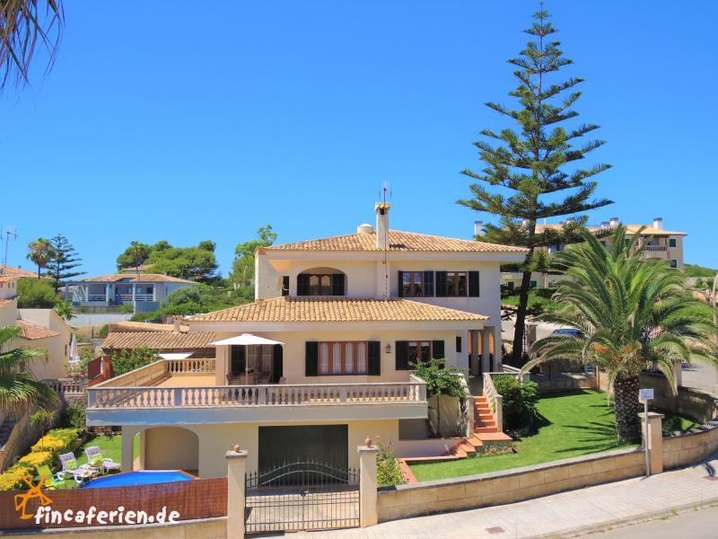 mallorca villa am meer mit pool fincaferien. Black Bedroom Furniture Sets. Home Design Ideas