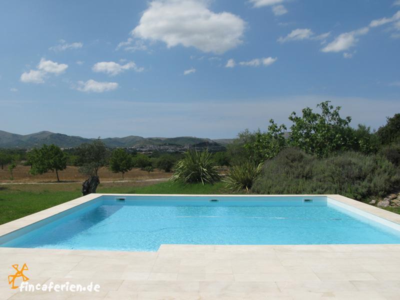 Moderne finca mit pool und klimaanlage bei arta for Finca mit pool