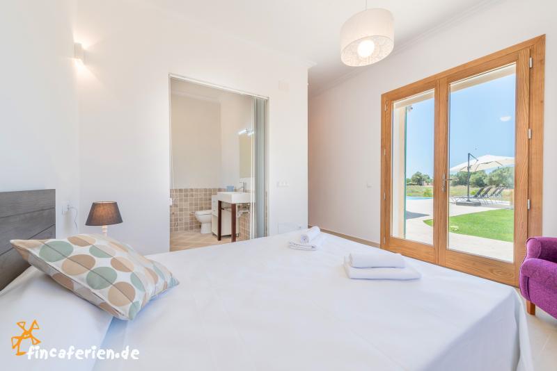 mallorca moderne finca mit pool und klimaanlage bei felanitx fincaferien. Black Bedroom Furniture Sets. Home Design Ideas
