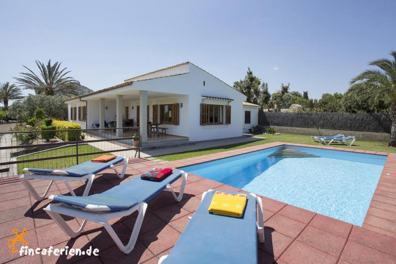 ferienhaus mit pool und klimaanlage zwischen alcudia und. Black Bedroom Furniture Sets. Home Design Ideas