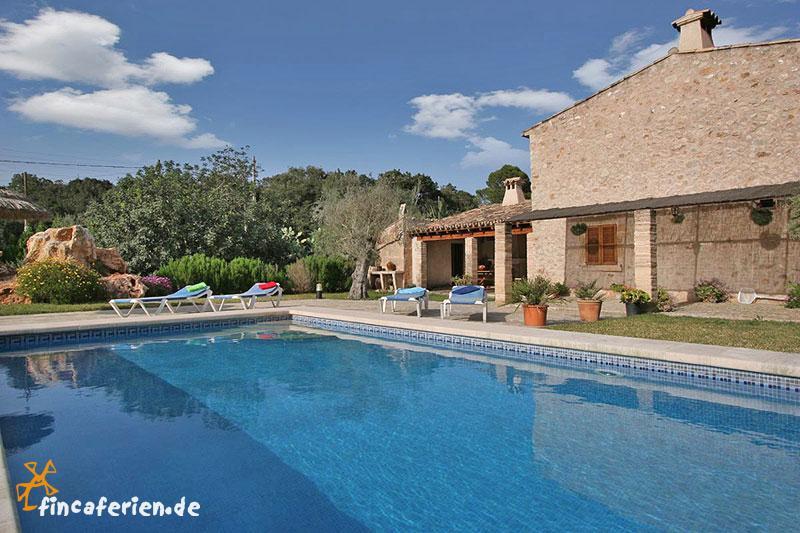 Finca mit pool und garten bei pollenca mallorca nord for Garten pool 4m durchmesser