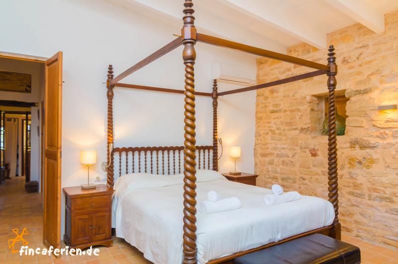 strandnahe finca mit pool und klimaanlage es trenc strand fincaferien. Black Bedroom Furniture Sets. Home Design Ideas
