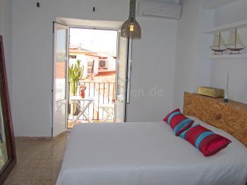 Schlafzimmer mit Balkon und Klimaanlage