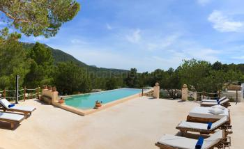 Pool und großzügige Chill-Out-Terrasse
