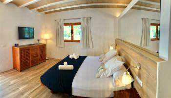 Schlafzimmer mit Klimaanlage und Bad en Suite