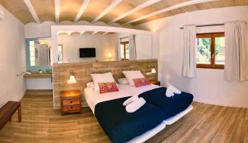 Schlafzimmer mit Klimaanlage und Plasma TV