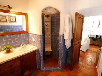 Badezimmer mit Massagedusche