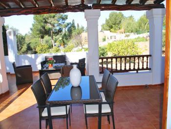 Überdachte Terrasse mit Essplatz und Sitzecke