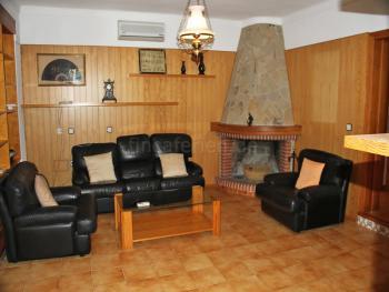 Wohnzimmer mit Schlafcouch und Klimaanlage