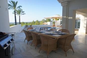 Terrasse am Pool mit Meerblick