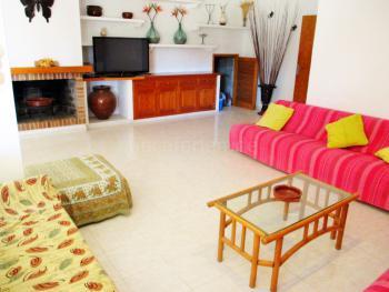 Sitzecke im Wohnzimmer mit Sat-TV