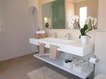 Modernes Duschbad mit begehbarer