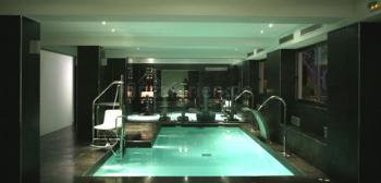 Indoor-Pool im Wellnessbereich