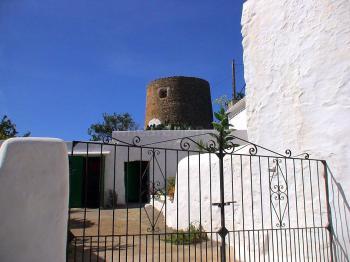Erhaltener Wehrturm in Balafia