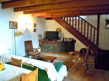 Wohnraum mit Couch und Essplatz