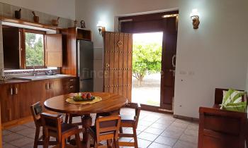 Offener Wohnbereich mit moderner Küche
