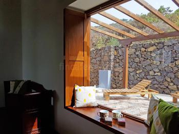 Blick auf die Terrasse mit Sonnenliegen