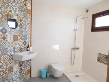 Modernes, helles Duschbad