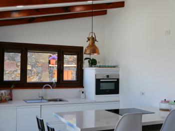 Moderne Küche mit Ceranfeld und Bartresen