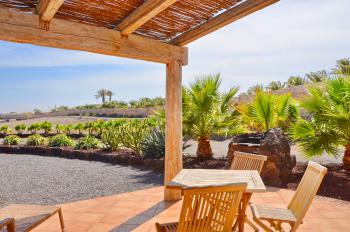 Schattige Terrasse mit Essplatz und Grill