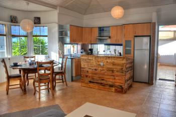 Moderne Küche und Essplatz