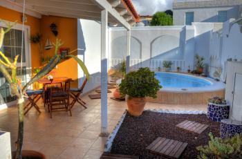 Pool und windgeschützte Terrasse