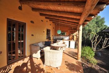 Überdachte Terrasse mit Außen-Küche