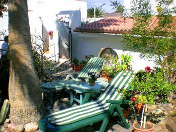 Garten mit Sonnenliegen