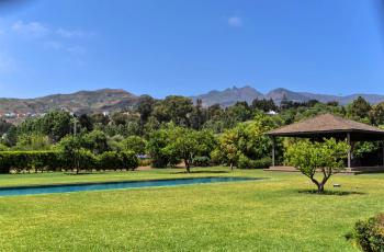 Pool, Garten und Pavillon