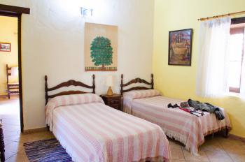 Schlafzimmer mit Einzelbetten und...
