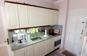 Küche mit Ceranfeld und Mikrowelle