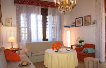 Komfortables Wohnzimmer mit Sat-TV