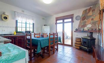 Küche mit Essplatz und Holzofen