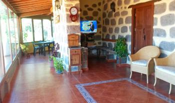 Wohnbereich mit Kamin, Sat-TV und Internet