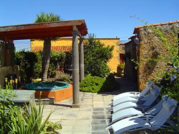 Whirlpool und Terrasse mit Sonnenliegen
