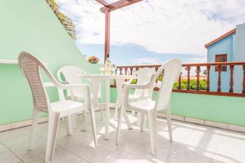 Apartment mit möbliertem Balkon/ Terrasse