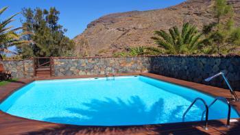 Beheizter Pool mit Sonnenterrasse