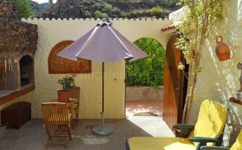 Innenhof mit Grillecke und Sonnenliegen
