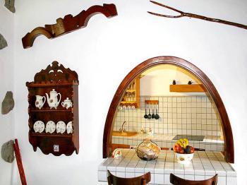 Bartresen und Blick in die Küche