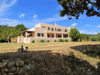 Moderne Villa mit Meerblick bei Es Cubells
