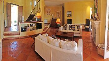 Wohnzimmer mit Kamin und Zentralheizung