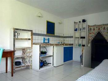 Wohnbereich mit Küchenzeile - Appartement