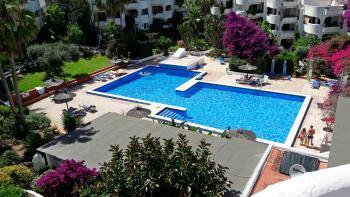 Großer Pool in der Gartenanlage