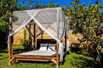 Bali-Chill-Out-Bett im Garten