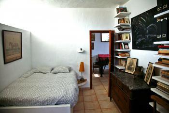 Schlafzimmer mit gemauertem Bett