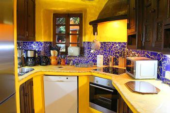 Moderne Küche mit Geschirrspüler -