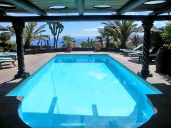 Pool und Sonnenterrasse mit Meerblick